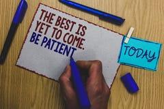 La scrittura concettuale della mano che mostra il meglio deve ancora venire Sia paziente Il testo della foto di affari non perde  fotografie stock