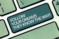 La scrittura del testo della scrittura segue i vostri sogni che conoscono il modo Concetto che significa motivazione di ispirazio fotografia stock libera da diritti