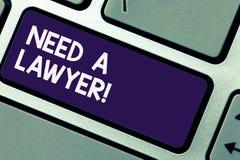 La scrittura della nota showingNeed un avvocato Foto di affari che montra offerta del consiglio di consulenza dell'avvocato di co fotografia stock libera da diritti