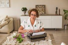 La scrittura e freelance Donna di medio evo che lavora dalla casa Fotografia Stock Libera da Diritti