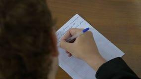 La scrittura, mano scrive una penna su carta L'uomo scrive un testo su carta fotografia stock