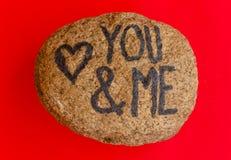 La scrittura voi & me con un cuore attinto una pietra Immagini Stock Libere da Diritti