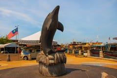 La sculpture d'un dauphin sur le bord de mer Kota Kinabalu Sabah Malaysia image stock