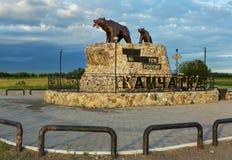 La sculpture de concerne le monument avec l'inscription : Commence ici la Russie - le Kamtchatka Photos stock