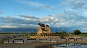 La sculpture de concerne le monument avec l'inscription : Commence ici la Russie - le Kamtchatka Photographie stock libre de droits