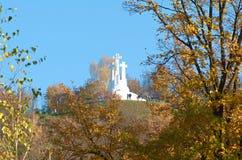 La sculpture de trois croix sur la colline à Vilnius, Lithuanie photographie stock