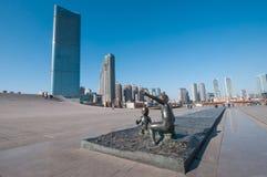La sculpture du garçon et la fille devant Xinghai ajustent Image stock