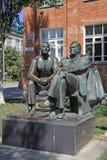La sculpture du premier cosmonaute Yuri Gagarin et la fusée célèbre machinent Sergey Korolev, Taganrog, Russie Image stock
