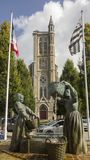 La sculpture en bronze célèbre dépeignant deux femmes bretonnes lavant des huîtres se tient dans Cancale Photo libre de droits