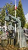 La sculpture en bronze célèbre dépeignant deux femmes bretonnes lavant des huîtres se tient dans Cancale Image libre de droits