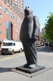 La sculpture en bronze monumentale pensent grand par Jim Rennert en parc d'Union Square, New York Photos stock