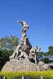 La sculpture en Cinq-RAM à l'arrière-plan de ciel bleu images stock