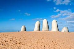 La sculpture en main, ville de Punta del Este, Uruguay Photos libres de droits