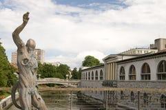 La sculpture en statue du satyre a effrayé par le serpent sur le B du boucher Photo libre de droits
