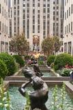 La sculpture et les fontaines de Rockefeller centrent dans Midtown Manhattan, New York, Etats-Unis Photographie stock libre de droits
