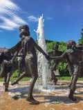 La sculpture extérieure par l'artiste Ralph Hicks a appelé habillent la danse Image libre de droits
