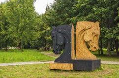 La sculpture a fait du contreplaqué deux pièces d'échecs - hor noir et blanc Photos stock