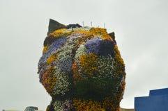 La sculpture Puppi emballé avec des fleurs et coloré est dans l'entrée au musée de Guggenheim que son créateur était Jeff Coons A Image libre de droits