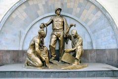 La sculpture soviétique a consacré aux mineurs et aux constructeurs de la métro de Moscou image stock