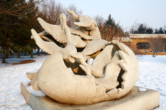 La sculpture sur neige - au début de la mouche Images libres de droits