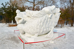 La sculpture sur neige - dragon blanc Photo stock