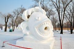 La sculpture sur neige - le mouvement de neige Image stock