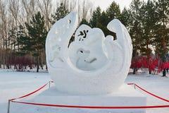 La sculpture sur neige - réalisez l'amour Photos libres de droits