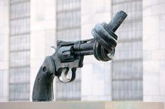 La scultura annodata della pistola alle Nazioni Unite Immagine Stock