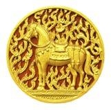 La scultura del cavallo sulla porta del tempio in Tailandia ha isolato su bianco Fotografia Stock