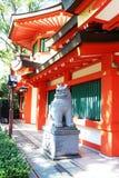 La scultura del leone davanti al tempio nel Giappone Immagine Stock Libera da Diritti