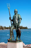La scultura del pescatore nel lago Balaton Immagine Stock Libera da Diritti