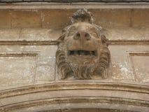 La scultura dell'leoni si dirige sopra una porta in Puglia Italia immagini stock