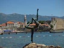 La scultura della ballerina su un mare ha costato la città di Budua, Montenegro fotografia stock
