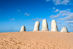 La scultura della mano, città di Punta del Este, Uruguay Fotografie Stock Libere da Diritti