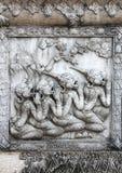 La scultura della preghiera monkeys sulla parete del tempiale Immagini Stock Libere da Diritti