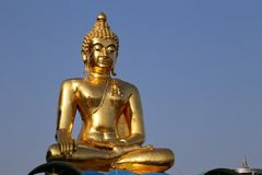 La scultura di Buddha in turismo dorato del triangolo in Chiang Rai, Tailandia Immagini Stock Libere da Diritti
