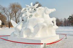 La scultura di neve - il commercio di cavalli sul volo ondeggia Fotografia Stock