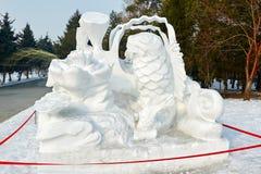 La scultura di neve - pesce e loto Immagini Stock