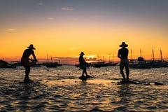 La scultura di tre pescatori in acqua Immagine Stock