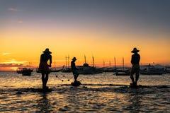 La scultura di tre pescatori in acqua Fotografia Stock Libera da Diritti