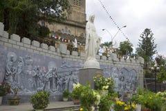La scultura di vergine Maria al piede della cattedrale di Nha Trang vietnam Fotografie Stock