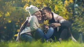 La scuola allegra di abbraccio della famiglia ha invecchiato la figlia nel parco di autunno, fine settimana perfetto stock footage