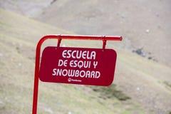 La scuola dello snowboard firma dentro la località di soggiorno del cielo di Penitentes, Argentina Fotografie Stock