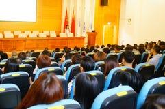 La scuola ha tenuto una conferenza su educazione sanitaria psicologica per i genitori degli studenti Fotografia Stock Libera da Diritti