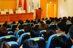 La scuola ha tenuto una conferenza su educazione sanitaria psicologica per i genitori degli studenti Fotografia Stock