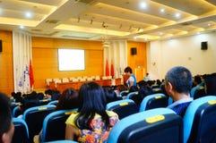 La scuola ha tenuto una conferenza su educazione sanitaria psicologica per i genitori degli studenti Fotografie Stock