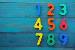 La scuola materna impara contare i numeri nell'ordine da uno a nove Immagine Stock Libera da Diritti