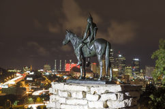 La señal de la estatua del explorador que pasa por alto Kansas City en la noche Fotografía de archivo libre de regalías