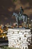 La señal de la estatua del explorador que pasa por alto Kansas City en la noche imágenes de archivo libres de regalías