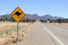 La señal de tráfico amonestadora del canguro en Flinders se extiende parque nacional, sur de Australia Imagen de archivo libre de regalías